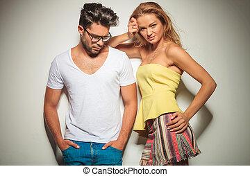 tête, femme, poches, elle, bas, quoique, regarde, tenant mains, lunettes, homme