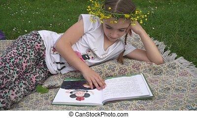tête, lecture, couronne, book., enfant, girl, herbe, adorable, mensonge