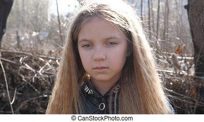tôt, figure, girl, closeup, outdoor., malheureux, forêt, expression, appareil photo, émotions, décevoir, spring., petit, fond, regarder, brouillé, désordre, portrait, contre, gosse, enfant femelle