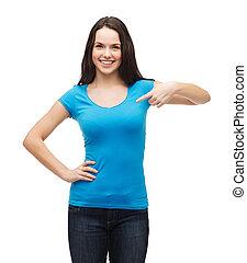 t-shirt bleu, fille souriante, vide