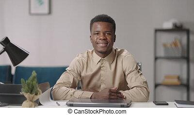 table, noir, séance, sien, bureau, homme, bonté, jeune, afro-américain, type, portrait, sérieux, maison