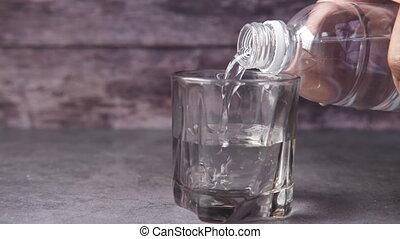 table, versant eau, verre