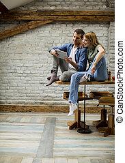 tablette, couple, numérique, jeune, utilisation, maison, sourire, cuisine