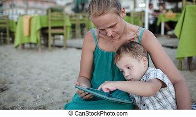 tablette, fils, pc, mère, utilisation, café, plage