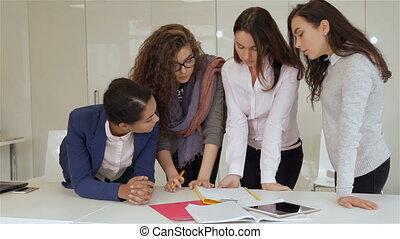 tablette, quatre, stand, papiers, table, femmes