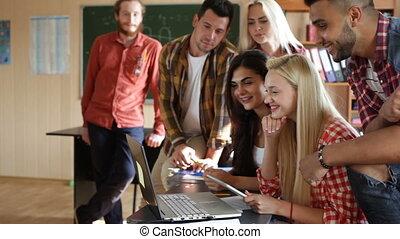 tablette, regarder, étudiants, université, excité, informatique, vidéo, portable utilisation
