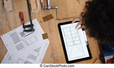 tablette, technique, sommet, charpentier, regarder, dessins, femme, écran, vue