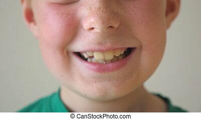 taches rousseur, intérieur., portrait, fin, sourire, lent, face., jeune, beau, heureux, joie, projection, indoor., bouche, enfant, content, gosse, garçon, haut, mouvement, rire, expression