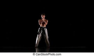 taekwondo, formation, lent, karaté, isolé, mouvement, arrière-plan., noir, ou, homme