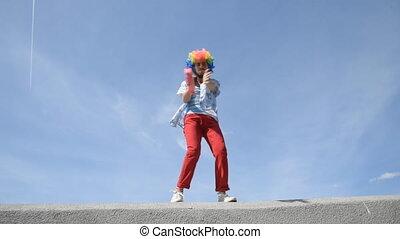 tambourin, rigolote, contre, parapet, mime, fou, danse, antics., sky., clown