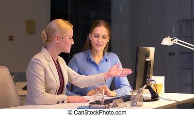 tard, informatique, bureau fonctionnant, femmes affaires