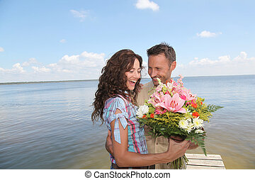 tas, fleurs, femme, surprenant, homme