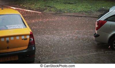 taxi, verser, autour de, passes, voiture, trottoir, il, eau pluie, par, flood., eclabousse, autre, virages, sous, bas