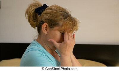 temples, elle, fatigué, migraine, emmagasiner femme, front, milieu, souffrance, vieilli, masser