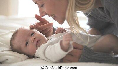 tenue, femme, baisers, bébé