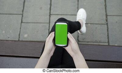 tenue femme, séance, chroma, écran, garez banc, smartphone, closeup, clã©, vert