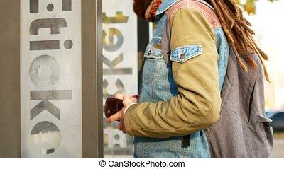 terminal, billet, ou, dreadlocks, autobus, touriste, transport, électronique, hipster, subway., achats, public