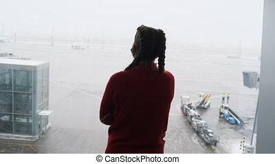terminal, regarder, avions, fenêtre, femme, aéroport, silhouette, jeune, masqué