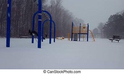 terrestre, jeu, enfants, winter., pendant, quoique, chute neige, neige, day., neiger, parc, cour de récréation