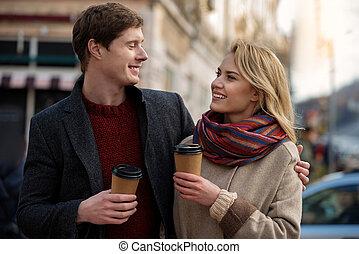 thé, couple, jeune regarder, charmant, autre, chaque