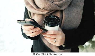 thermos, femme, tasse, jeune, téléphone, dehors, hiver