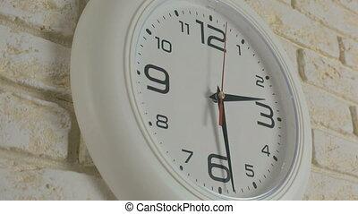 timelapse., trente, horloge, minutes., deux, wall., heures, temps, pendre, brique blanche, rond
