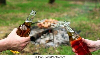 tintement, bouteilles bière, deux mains