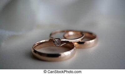 tissu, or, mariée, marié., atmosphère, arrière-plan., trois, fête, beau, rings-a, diamant, decor., engagement, contre, blanc, ring-lie, dons, romance, table légère, anneau