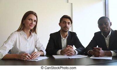 toile, négocier, consulter, appareil photo, personnel, constitué, client, ou, multiracial, vue