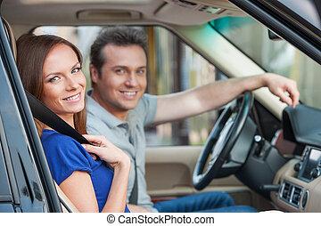 toothy, voiture, couple, regarder, appareil photo, sourire, aimer