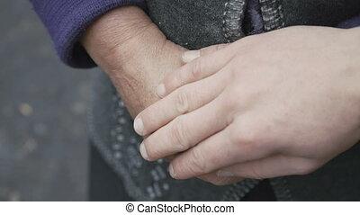 touchers, vieux, jeune, femme, haut, main, mains, ridé, fin, secousse