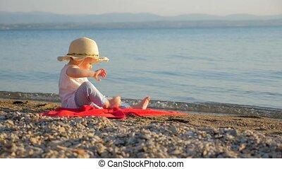 touriste, girl, concept., peu, été, seascape., support, agréable, rouges, vacances, ou, temps, recours, serviette, automne, famille, séance, environment., récréations, arrière-plan., bébé, seashore., regarder