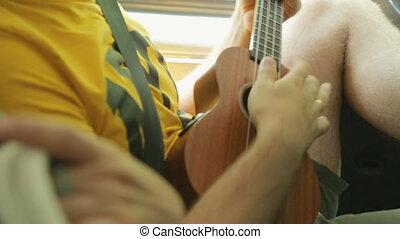 touriste, mâle, ukulele, jouer, jeune, voiture