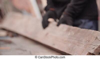 tourner, construction., affichage gros plan, gants, comment, épais, réparation, non identifié, grinder., scier, regarde, morceau, planche, travail, il, pense, cadre, sur, circular., coupure, ouvrier, bois, homme, logement