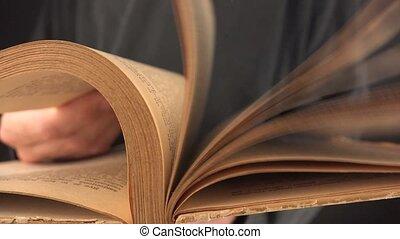 tourner, livre, vieux, pages, homme