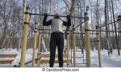 traction, hiver, gymnase, haut, jeune, barre transversale, pendant, séance entraînement, exercice, homme