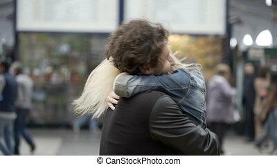 train, couple, jeune, réuni, courant, aéroport, station, étreindre, réunion, baisers, girl, petit ami, rencontrer