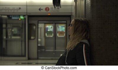 transport., femme, touriste, ville, concept., platform., jeune, attente, train, métro, voyageur, station, underground., tourisme, voyage