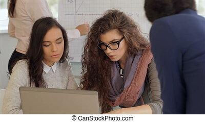 travail bureau, créatif, quatre, activement, équipe, femmes