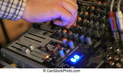 travaux, dj, ajustement, mélangeur, main, console., audio