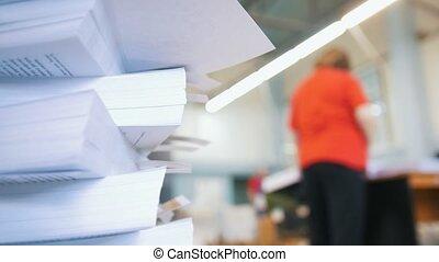 tri, journaux, ouvrier, typographie, femme, papiers, devant, piles