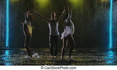 trois, danseurs, studio., exécuter, sombre, salsa, en mouvement, éléments, corps, motion., silhouettes, lent, enfumé, pluie, professionnel