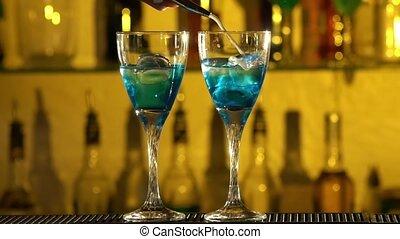 trois, turquoise, liquides, éclaboussure, met, utilisation, cubes, lent, différent, lunettes, barre, verre, deux, mouvement, glace, barman, gayser, verser, alcool