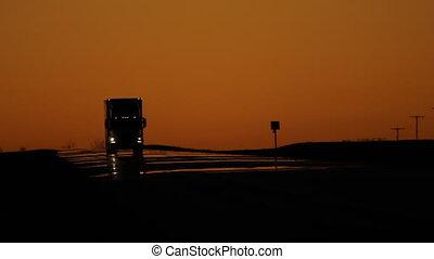 trucks., crépuscule, trafic