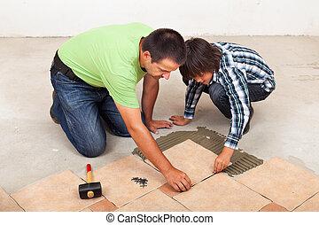 tuiles, sien, plancher, céramique, pose, fils, aidé, homme