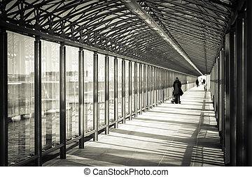 tunnel, verre, pedestrians.