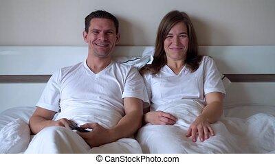 tv, couple heureux, mariés, regarder