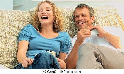 tv, rire, couple, devant