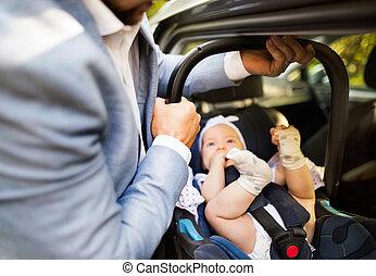 unrecognizable, mettre, bébé, voiture., girl, homme