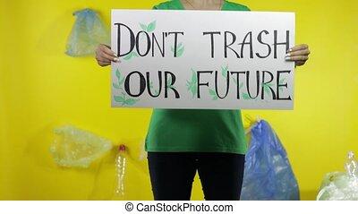 unrecognizable, tenue, plastique, protester, déchets ménagers, pas, future., environnement, affiche, femme, notre, pollution